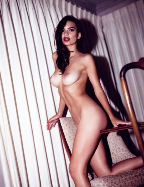 Emily Ratajkowsky furiosa: publicaron un libro de desnudos sin su autorización