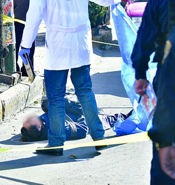 Policía muere tras caer de microbús en Iztapalapa