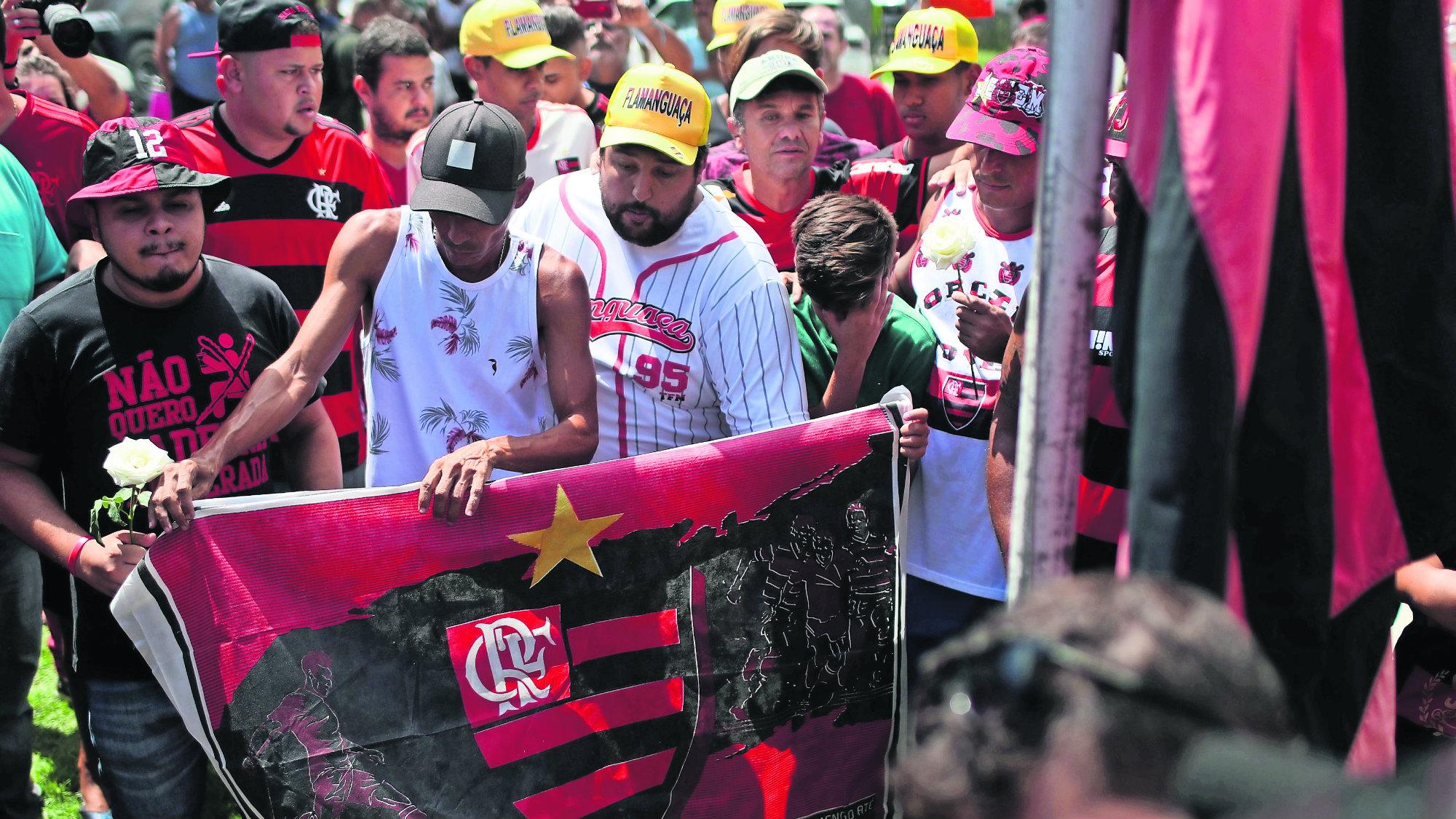 Seguidores club brasileño ondean bandera luto mortal incendio Flamengo