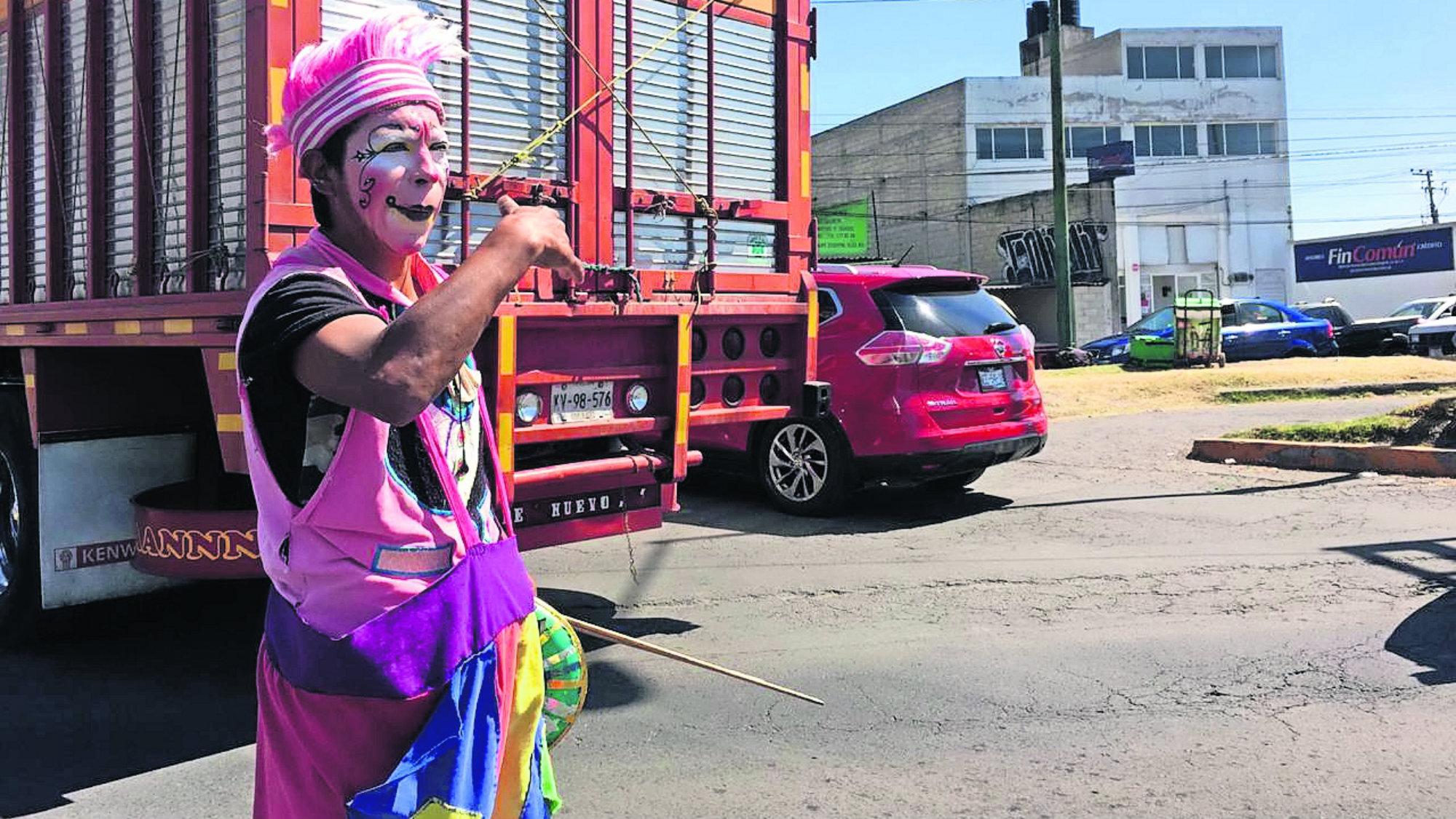 Payaso Riquí hace labor de agente de transito