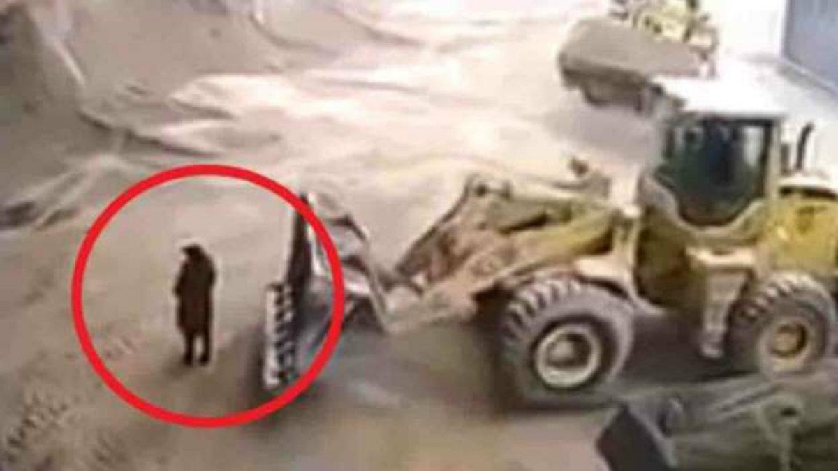 excavadora avienta a una mujer a trituradora construcción China Pekín