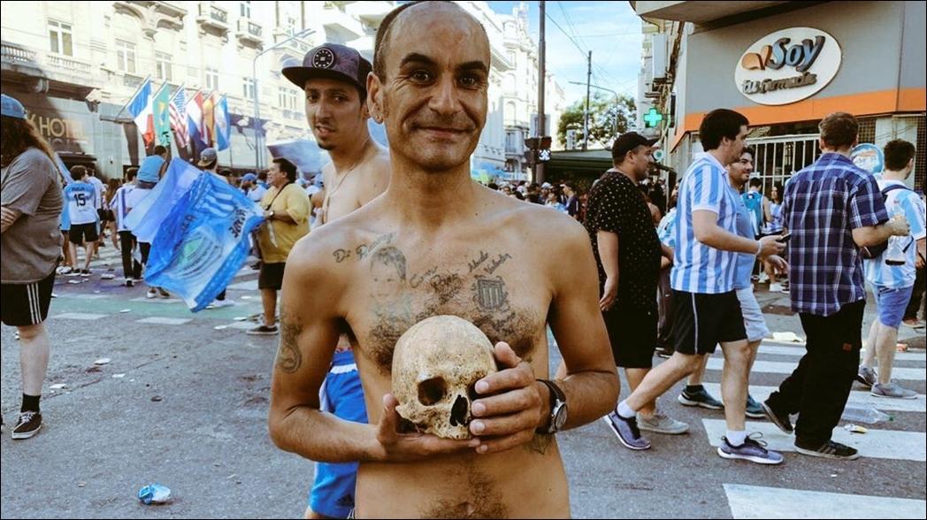 Fan lleva el cráneo de su abuelo a festejos del título de Racing