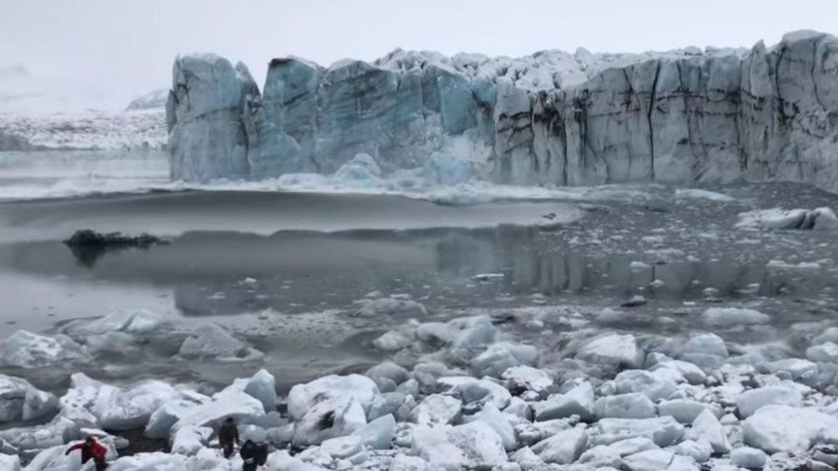 captan glaciar cuando colapsa y crea olas en islandia