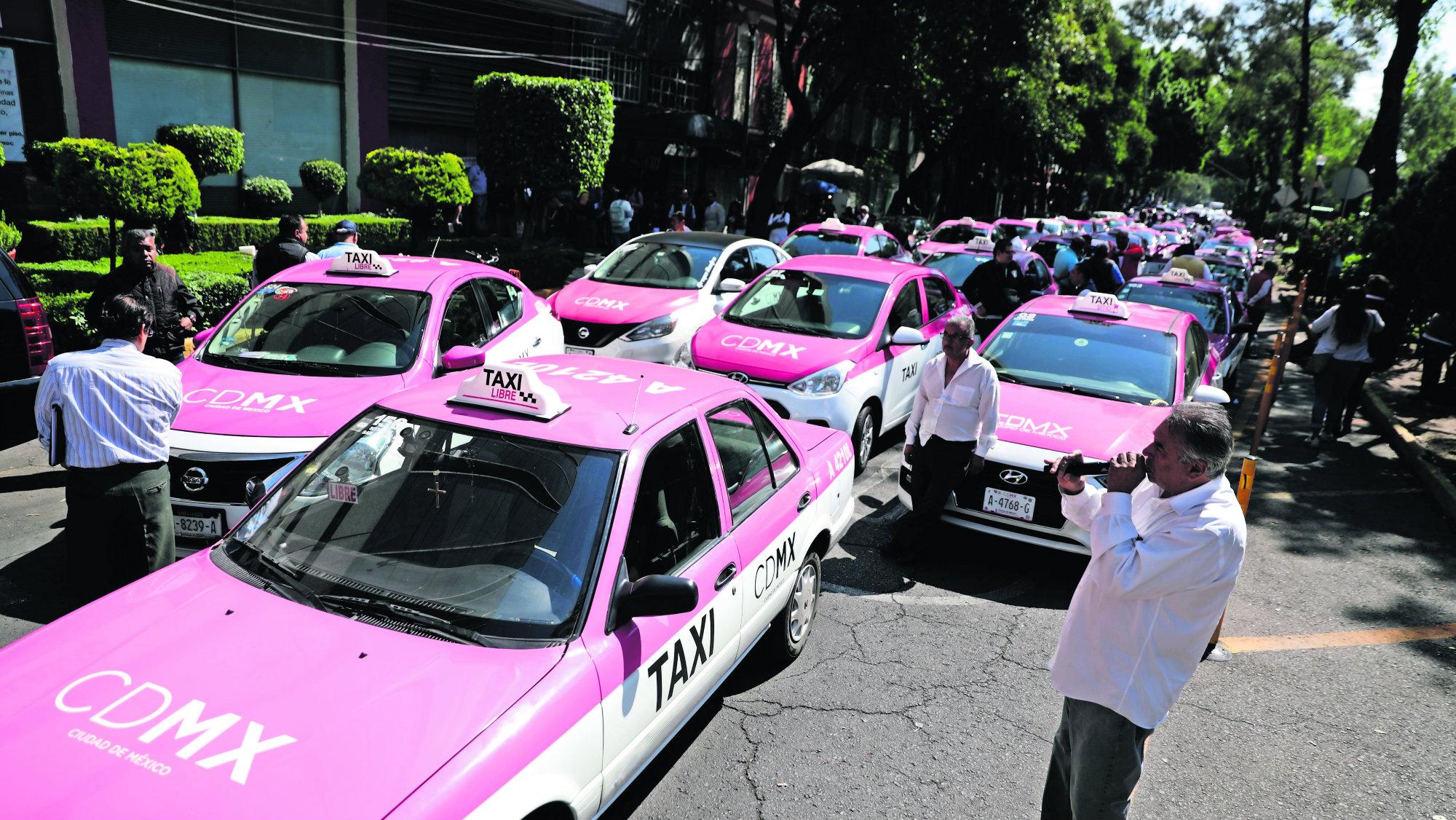 Rebelión de taxistas en CDMX exigen que Uber Didi y Cabify paguen impuestos