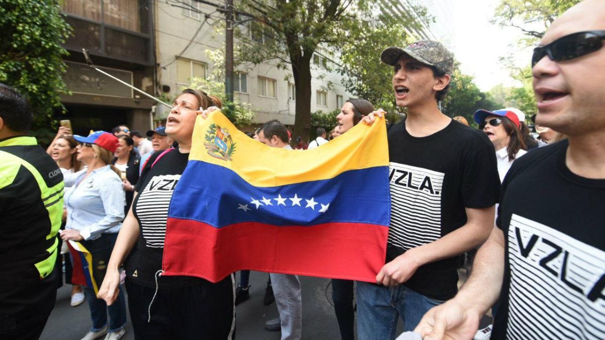 manifestantes venezolanos embajada de venezuela en méxico polanco juan guaidó nicolás maduro
