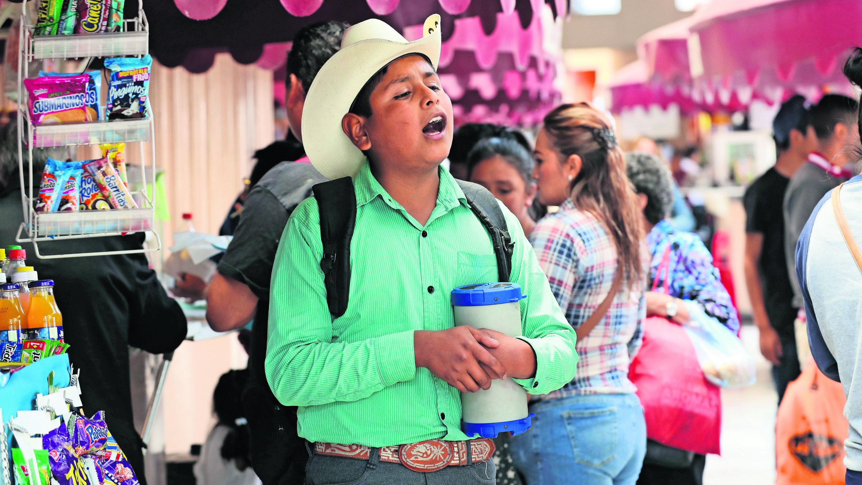 Niño de 13 años canta para celebrar