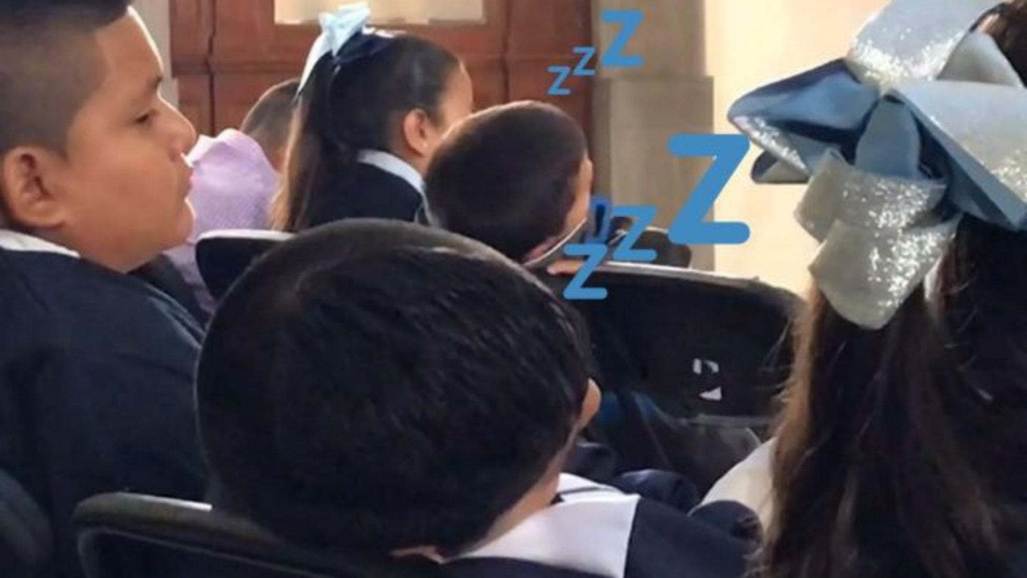 Niños se duermen en mañanera AMLO