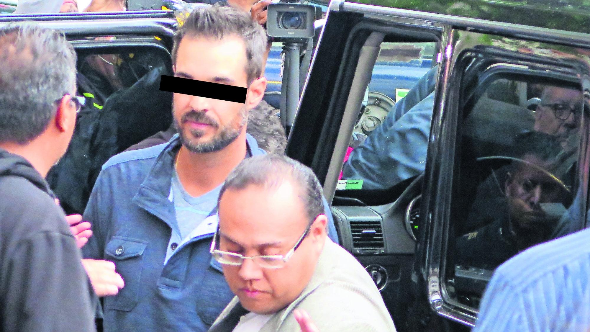 Dos hombres apuntan a policías y se atrincheran en camioneta blindada en CDMX