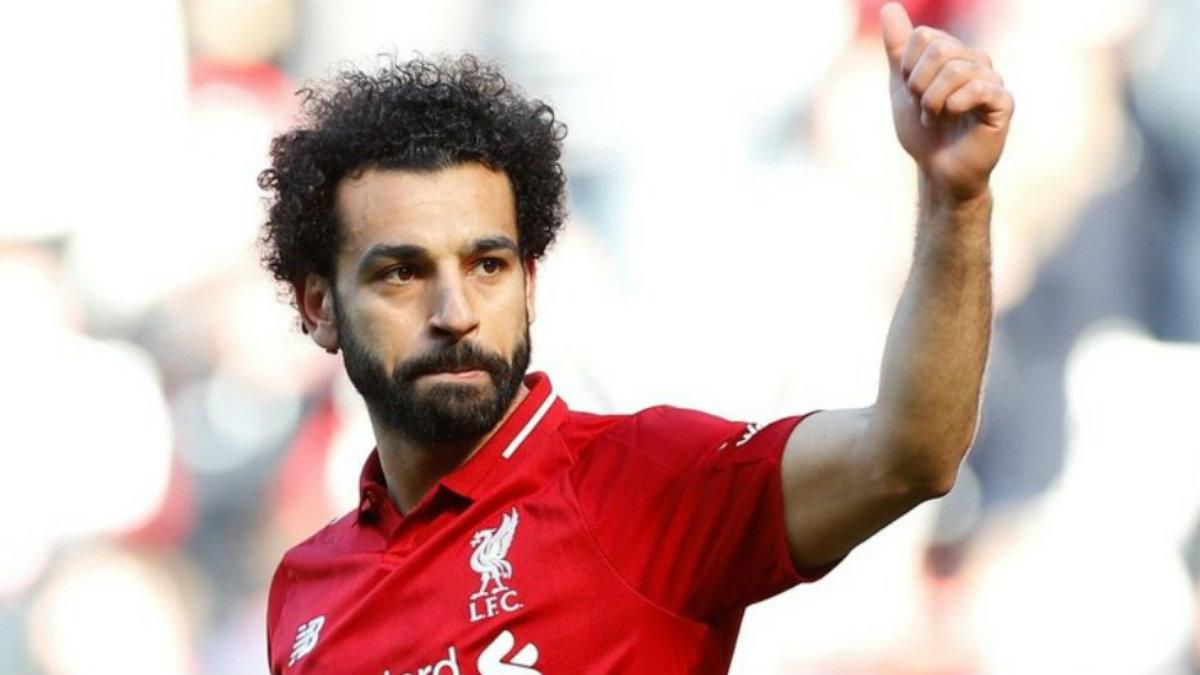 Captan a Mohamed Salah echándose una pestañita en el piso de un avión