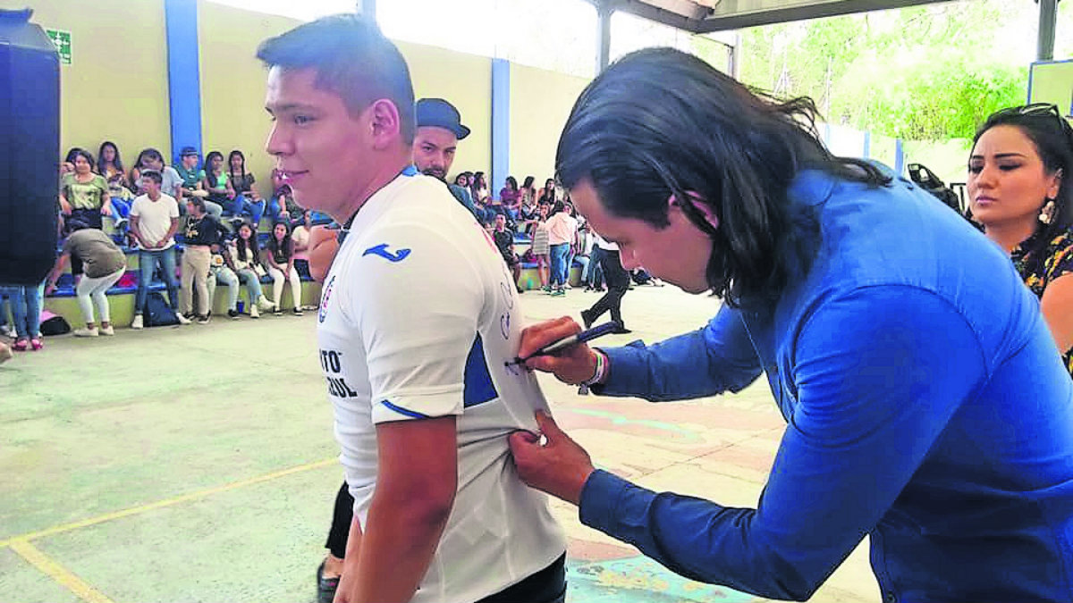 ex jugador Jerry Flores convivió con alumnos
