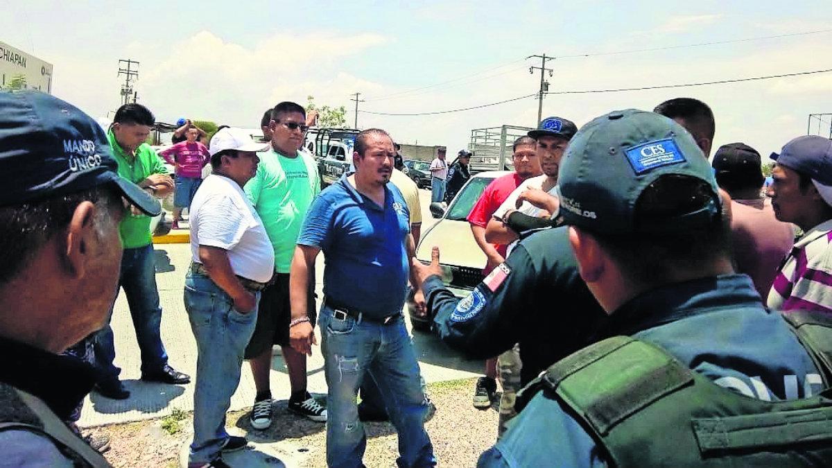 Transportistas bloquean accesos