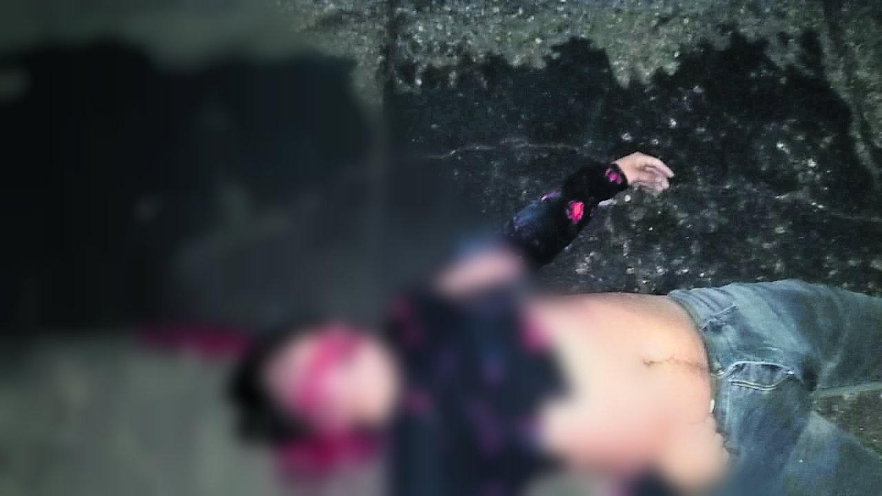 Motociclista muere tras caer puente
