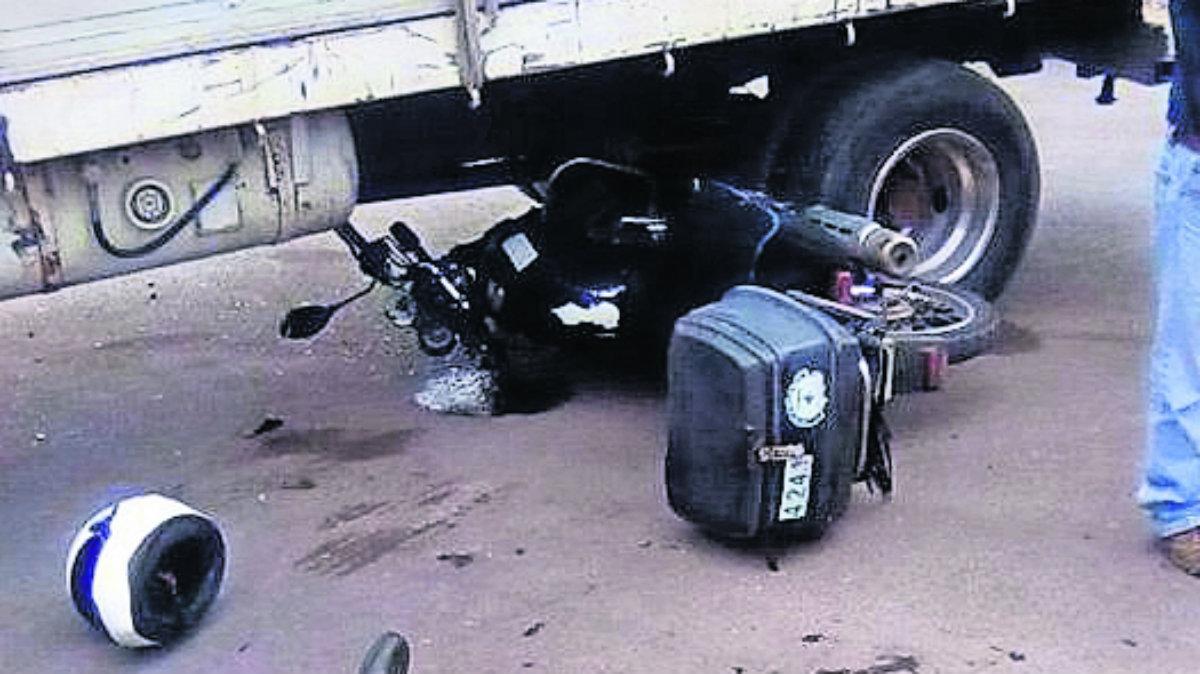 Motociclista derrapa tras cerrón de una camioneta en Cuautla
