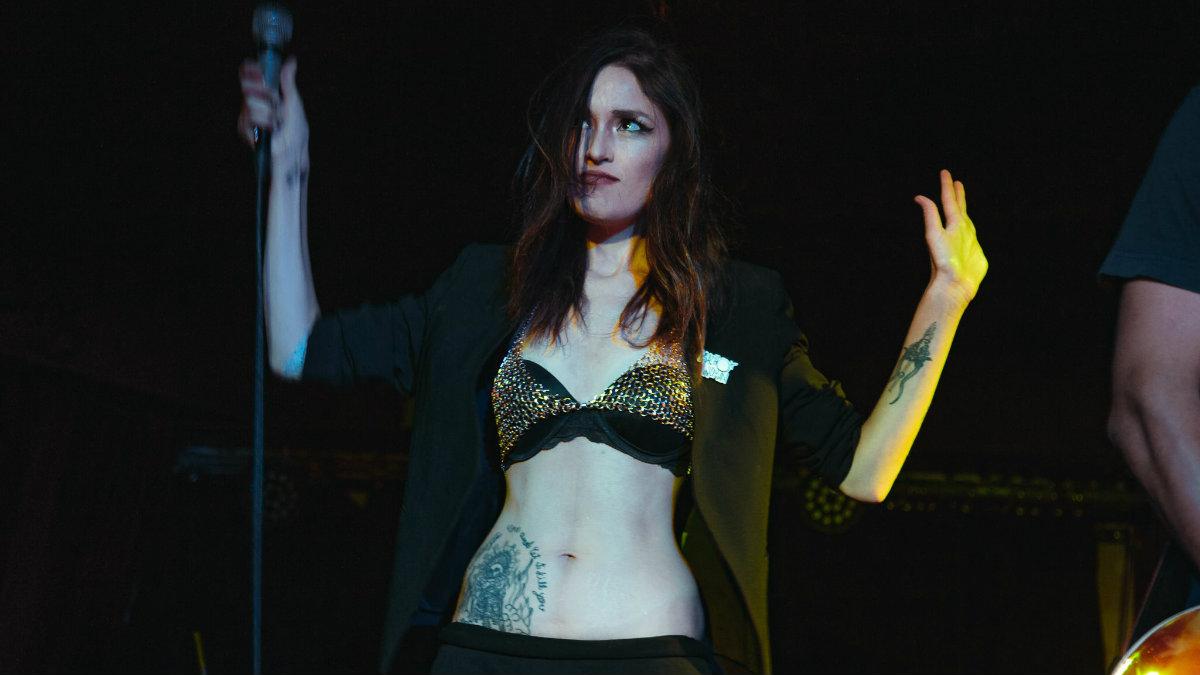 vocalista banda macho woman maría peligro presentación bajo circuito punk canciones
