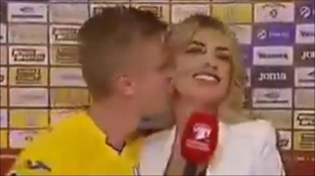 Jugador del City besa a reportera; le copia a Iker Casillas