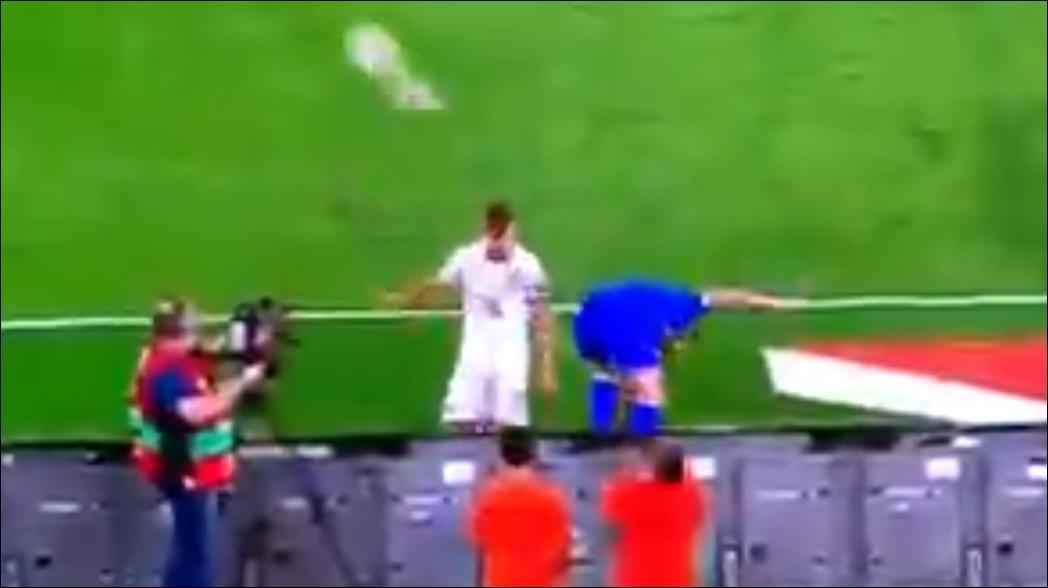 Jugador italiano da tremendo balonazo a joven recogebalones