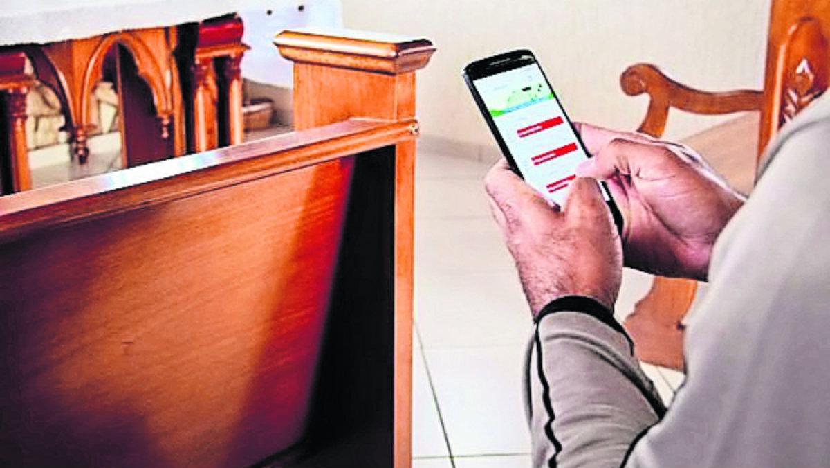 Estas son las medidas que tomó un cura para frenar el uso del celular en misa