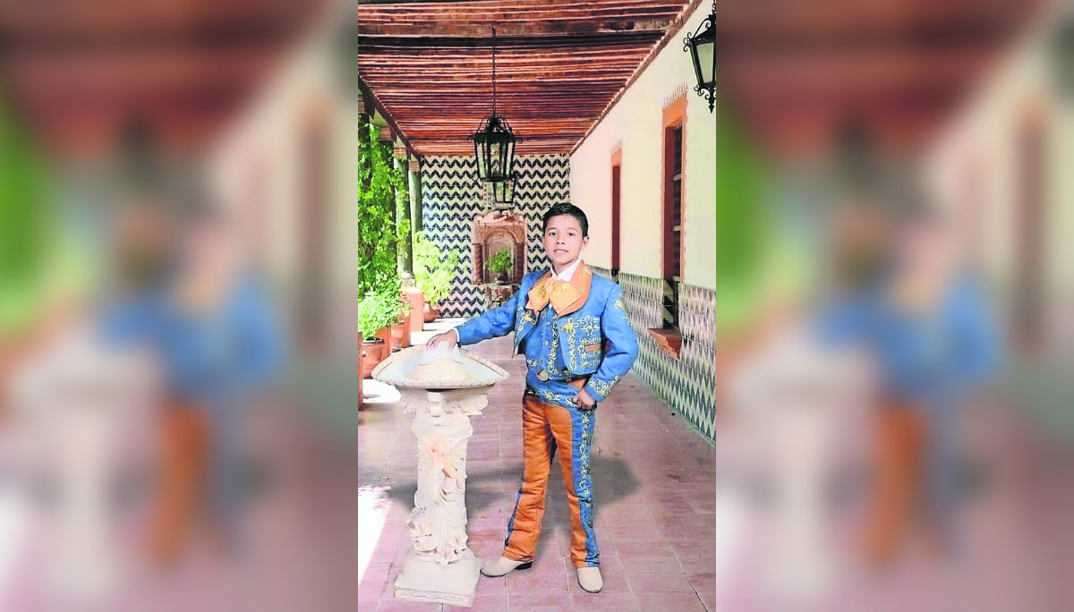 El Palomino orgullo porta traje charro