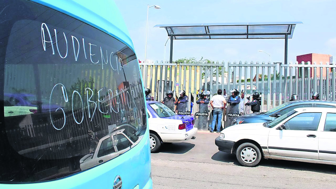 Taxistas Ruteros bloquean Congreso Estatal