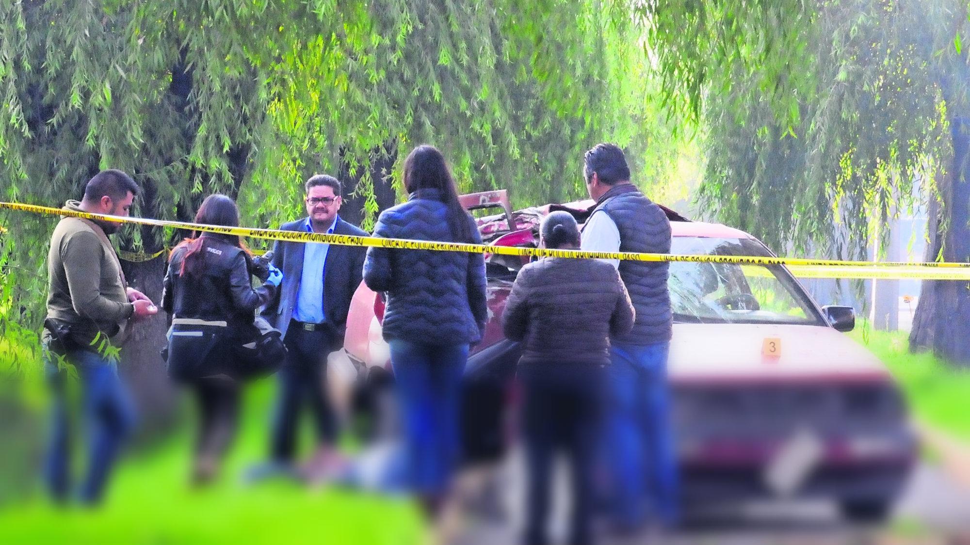 Pareja se impacta contra árbol en San Mateo Atenco ella murió y él sobrevivió
