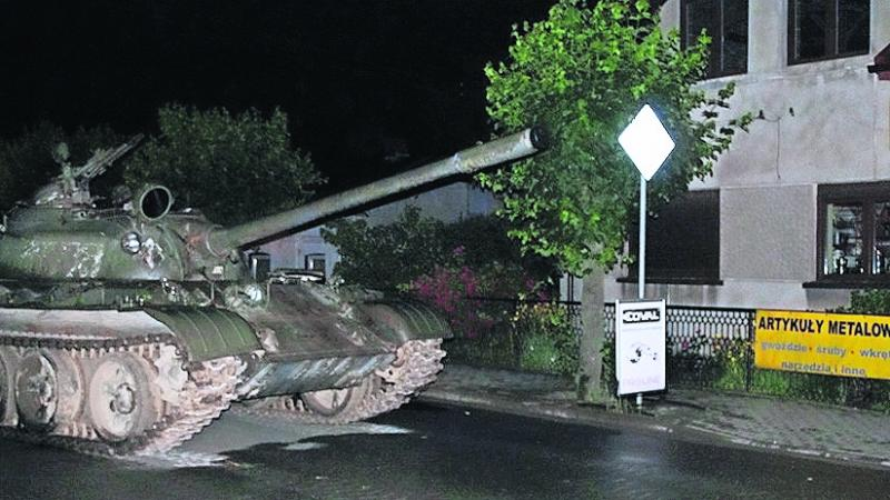 Hombre ebrio maneja tanque soviético por calles de Polonia