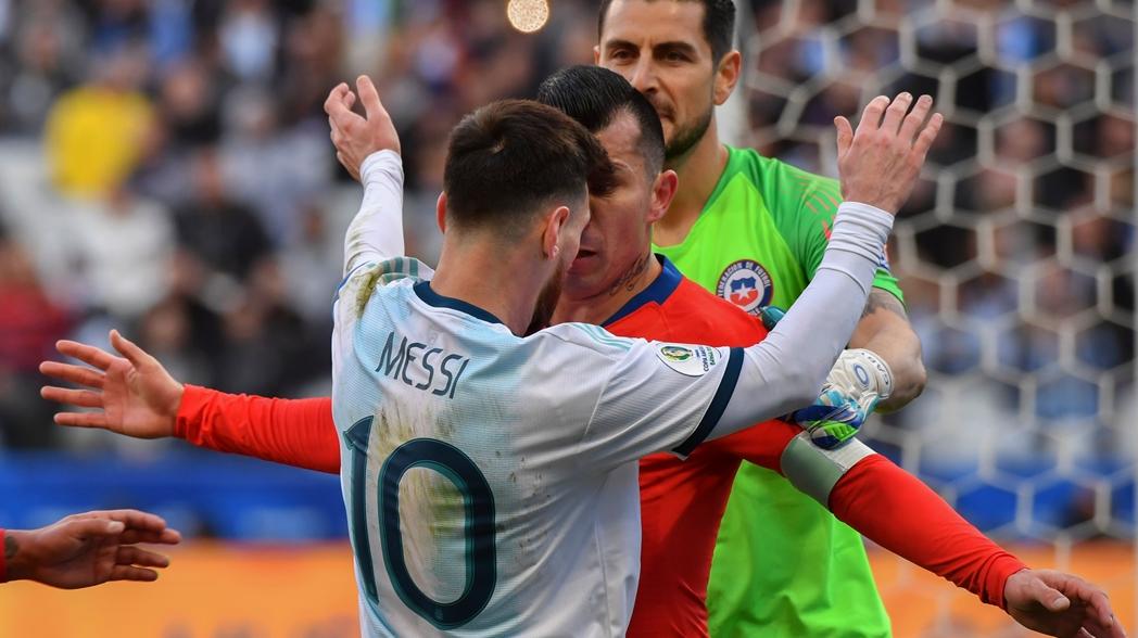 Lionel Messi se pelea con Gary Medel y sufre expulsión