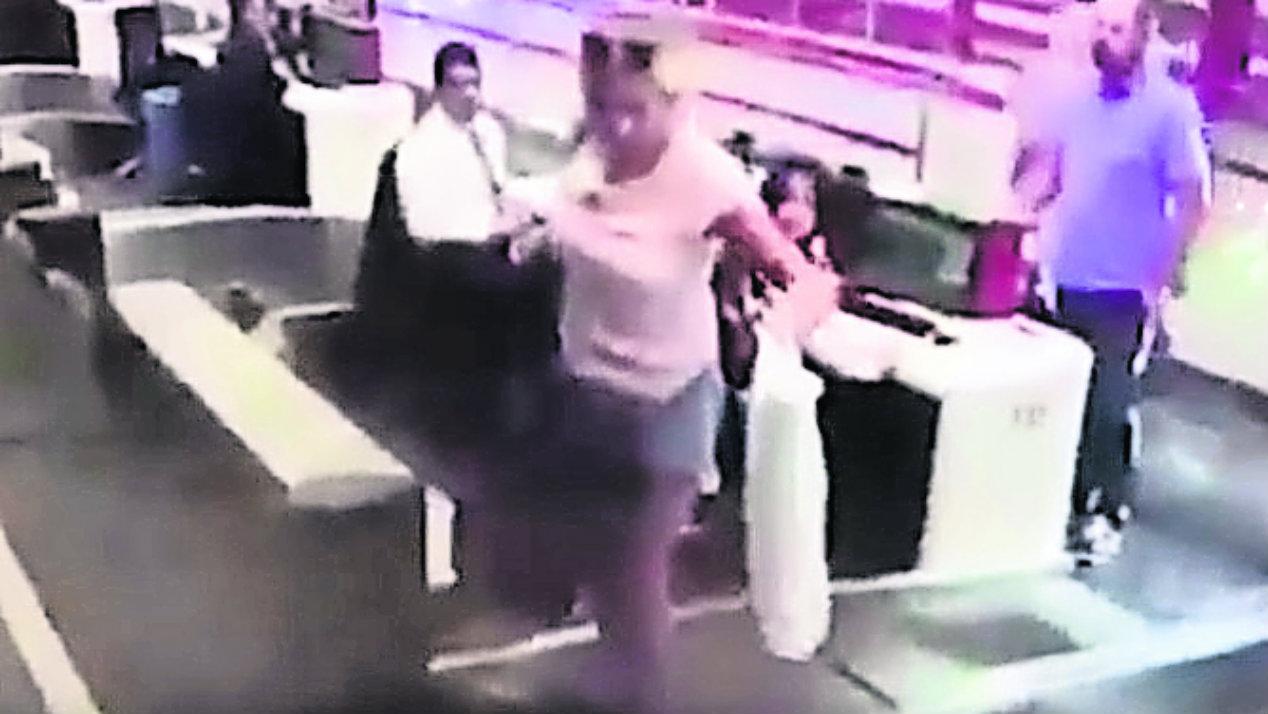 Mujer se mete cinta de equipaje