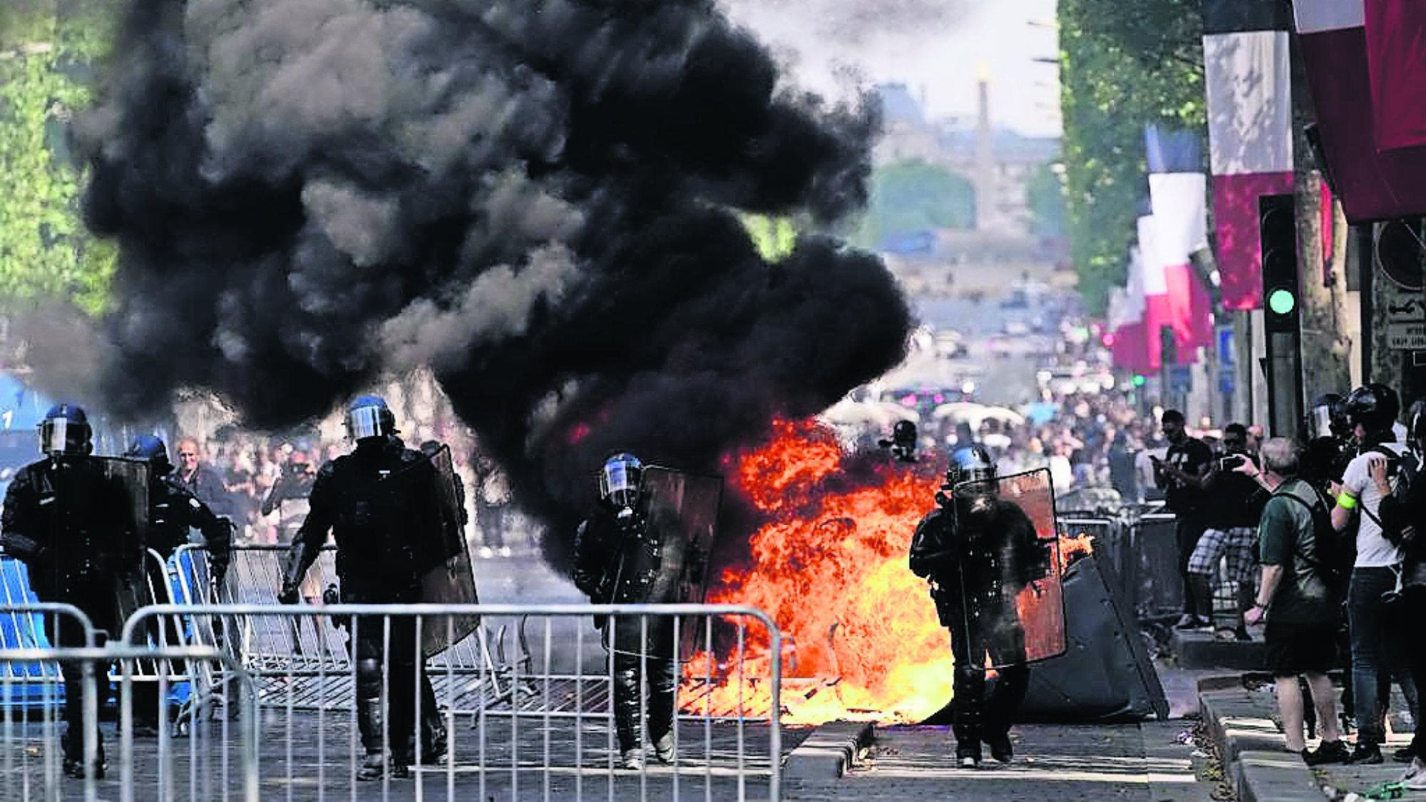 Desfile militar Chalecos amarillos París Francia