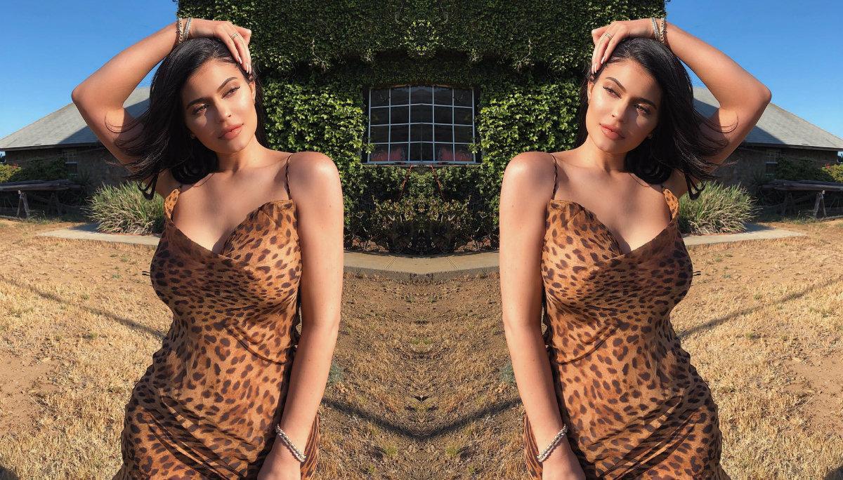 Kylie Jenner vuelve a descontrolarse y posa en diminuta tanga