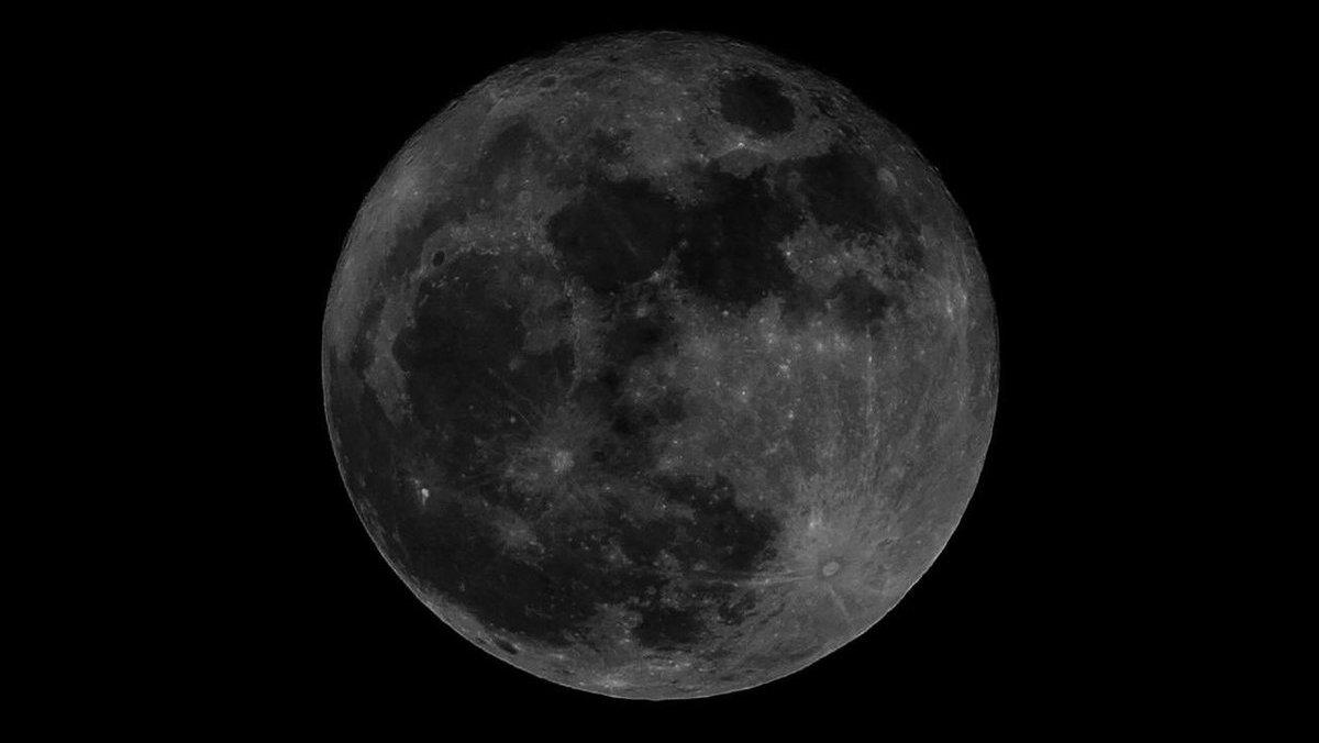 Luna negra por qué se esconde el satélite natural