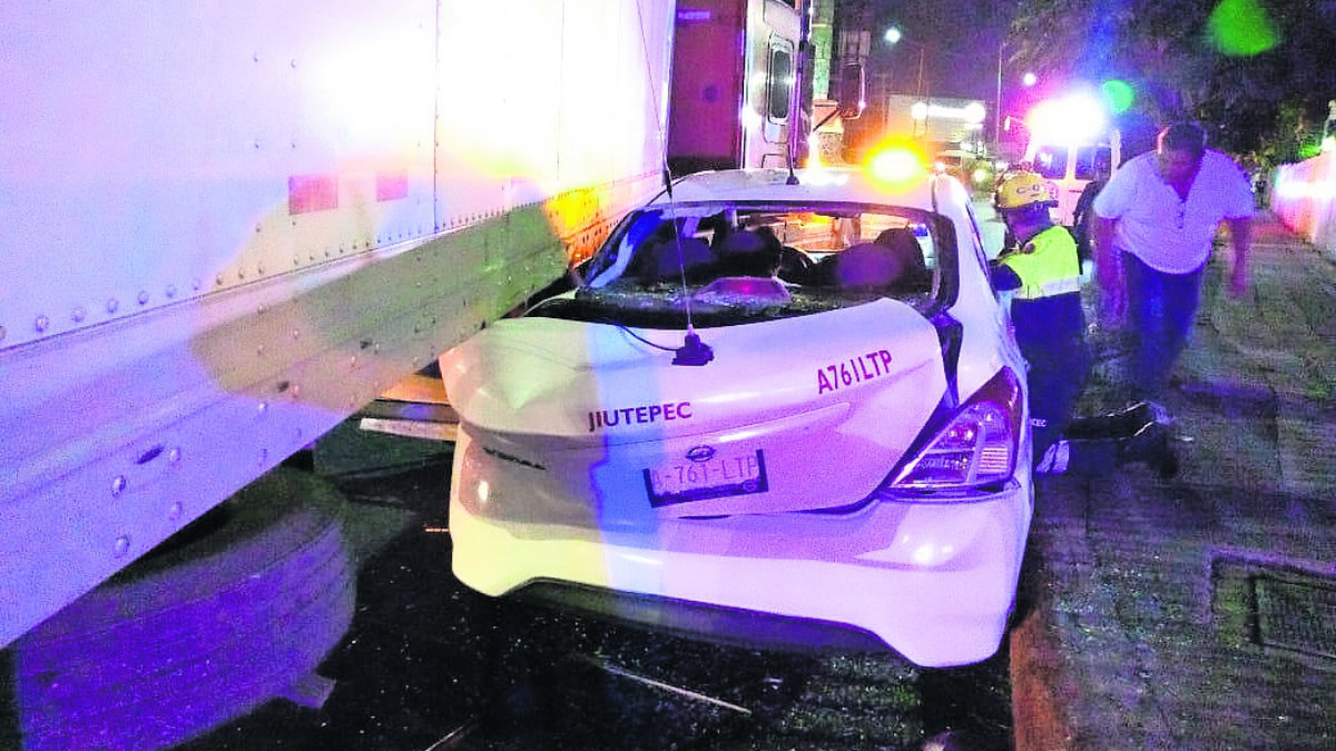 taxista prensado aplastadop tráiler accidente vehicular taxista sale vivo vive para contarlo jiutepec morelos