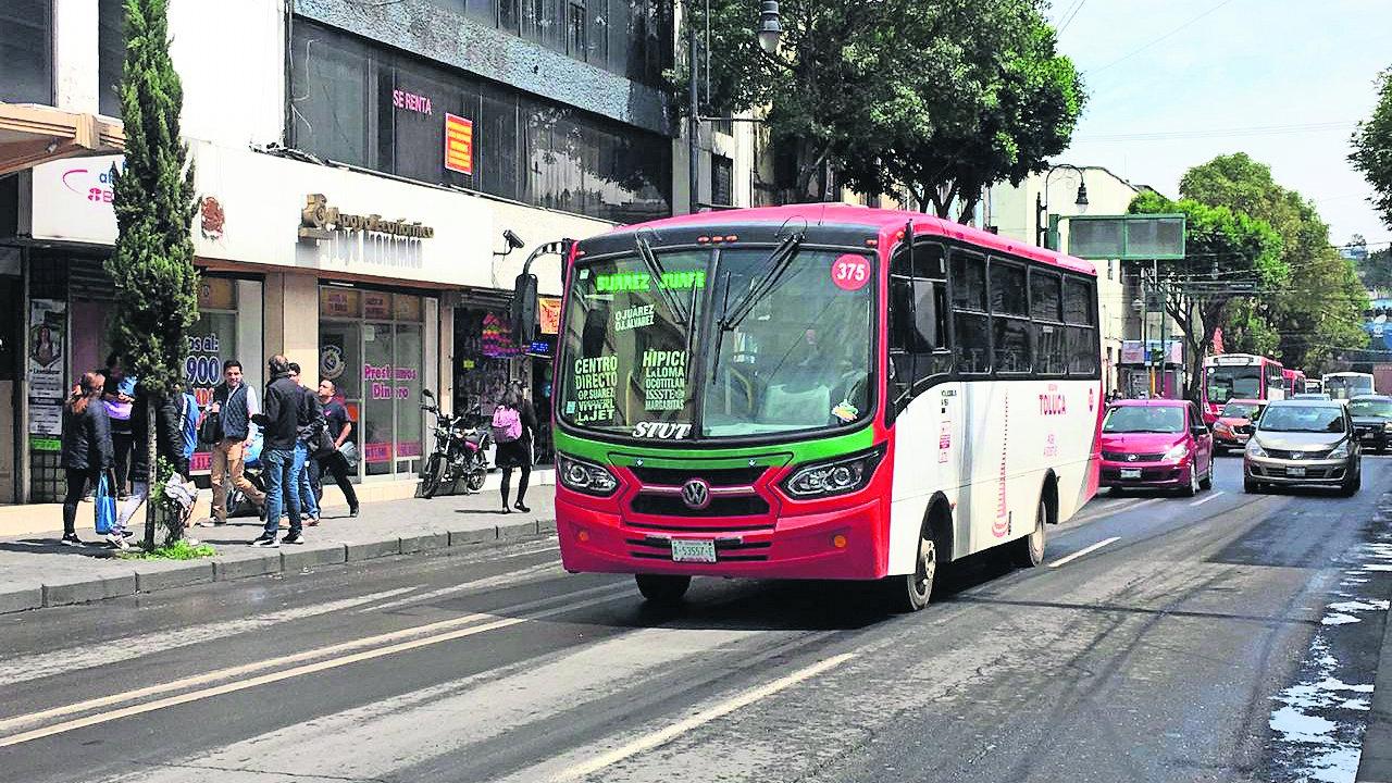 Camioneros burlan las leyes de uso del carril para transporte público en Edomex