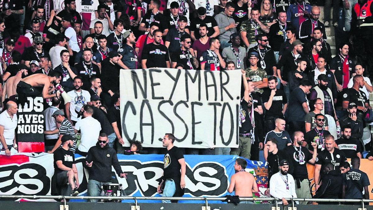 aficionados psg se van contra neymar abucheos lárgate pancartas insultos ofensas futbol internacional liga francesa
