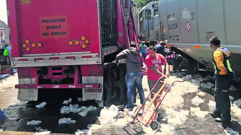 camion pierde contra tren y hay rapiña