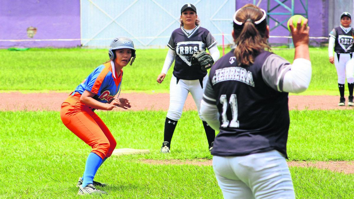 rebels ganan queens equipo femenil softbol