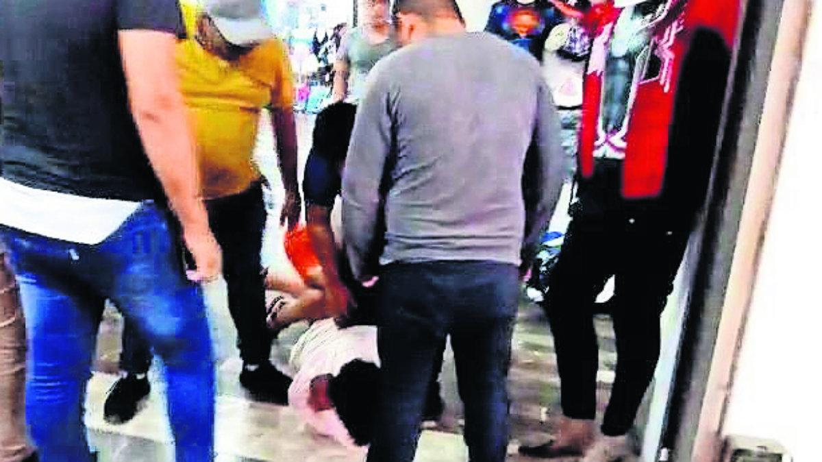 Comerciantes persiguen y tumban a golpes a presunto delincuente en Cuautla