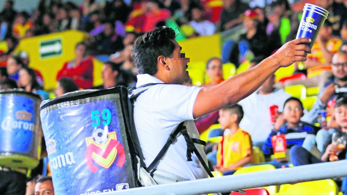 vendedor cerveza estadio rebajada sueldos miserables video viral internet Estadio Azteca partidos futbol poca ganancia dinero