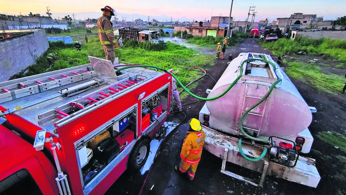 fuga gas gasoducto huachicol toma clandestina desalojo vecinos peligro bomberos labores Tezoyuca