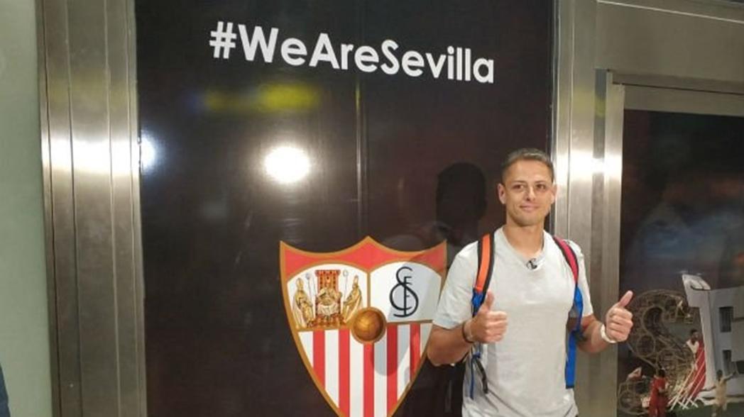 'Chicharito' llegó a Sevilla para cerrar su fichaje