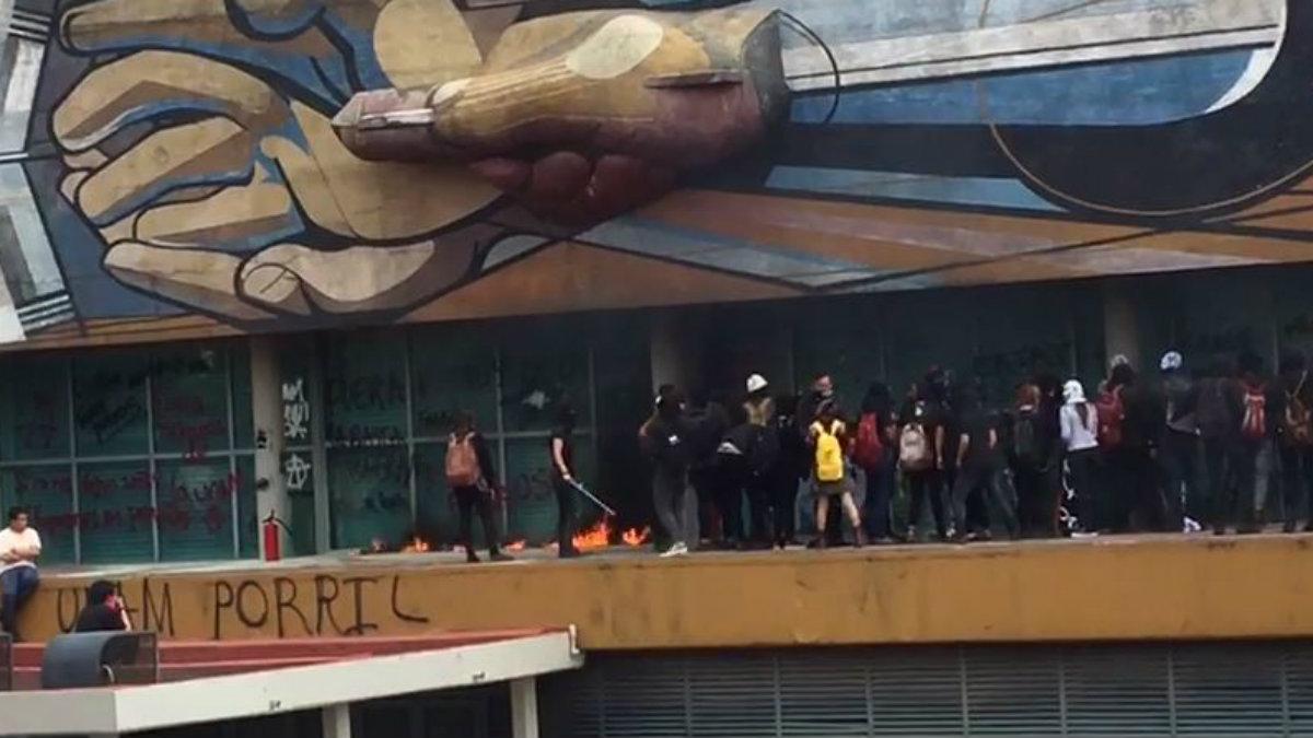 Encapuchados vandalizan la Rectoría de la UNAM en Ciudad Universitaria