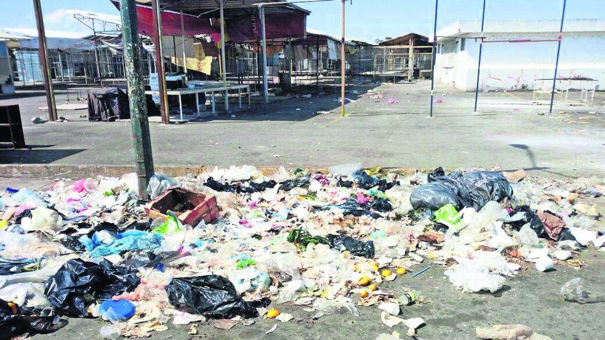 Vendedores del tianguis de Aviación Autopan denuncian falta de servicio de limpia