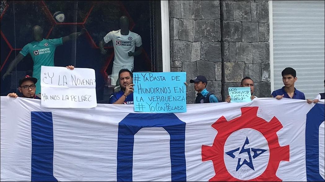 Aficionados de Cruz Azul protestan en La Noria