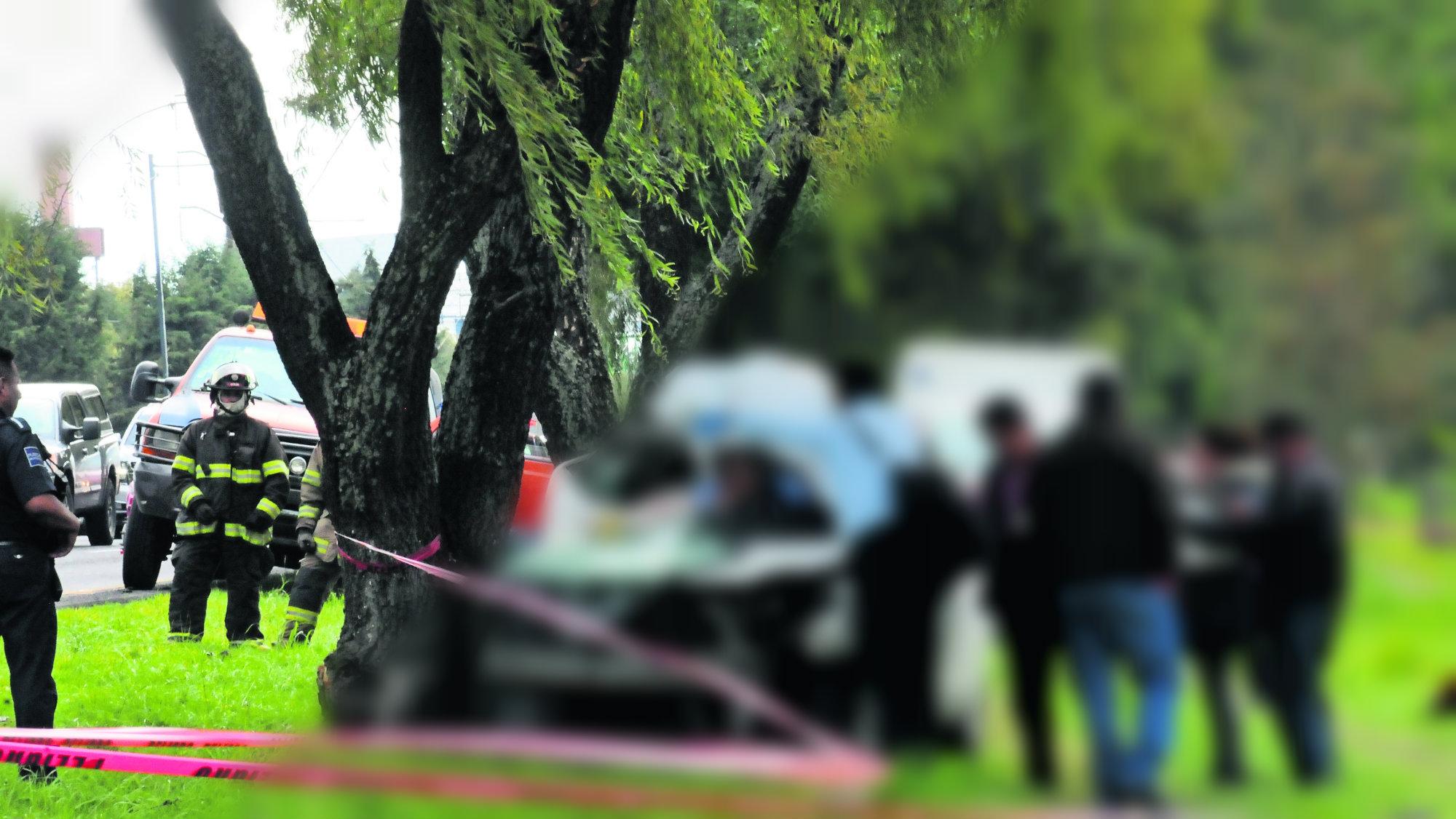 Automovilista termina prensado tras accidente mortal en Paseo Tollocan Edomex