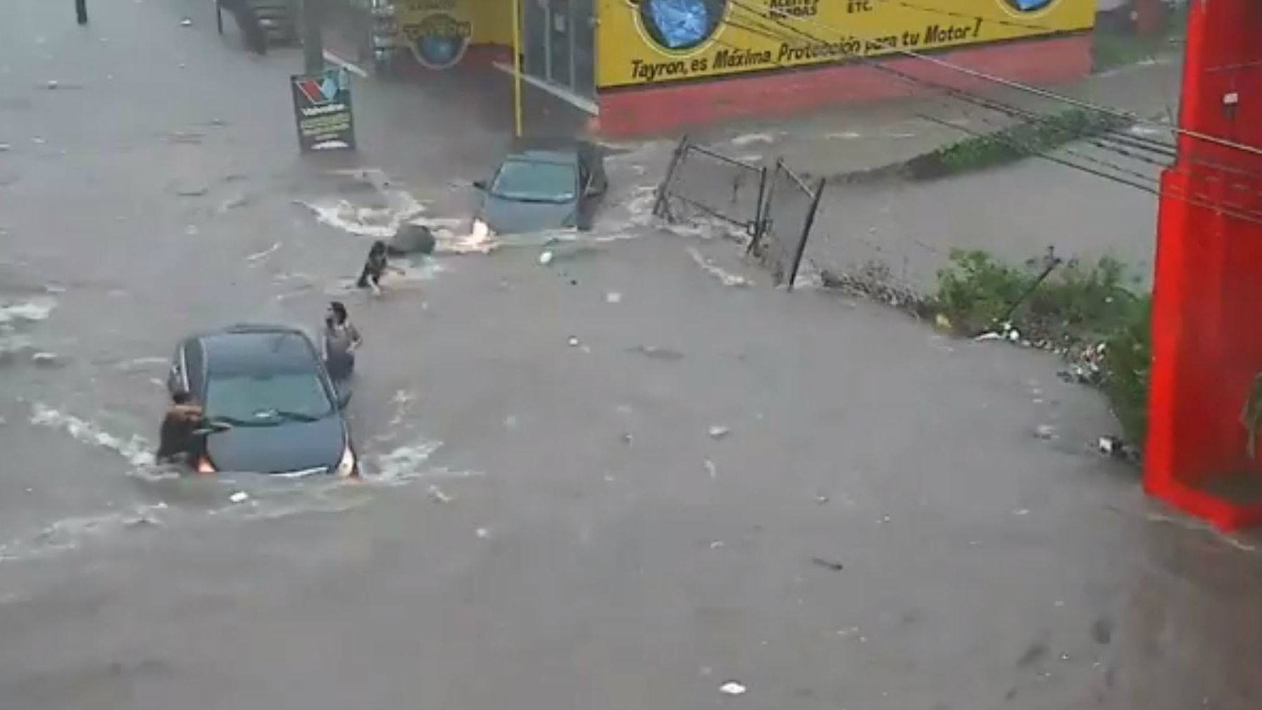 Fuertes lluvias en Culiacán provocan inundaciones y coladera se traga a mujer