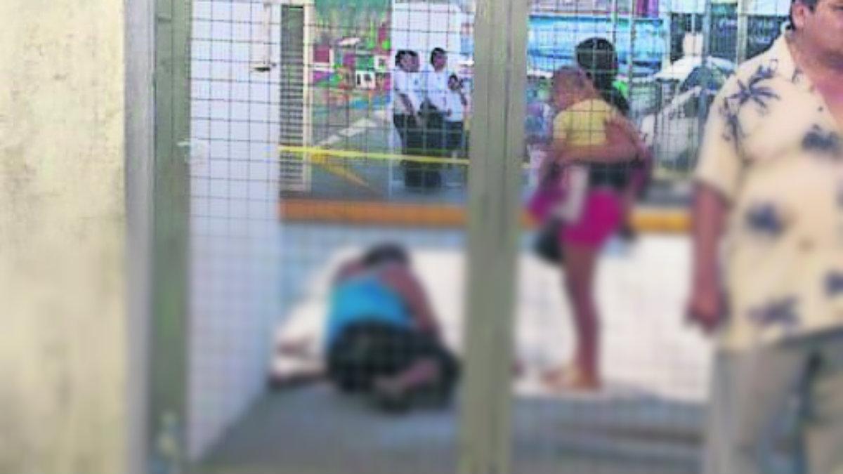Matones ejecutan a mujer cuando esperaba su camión en Acapulco