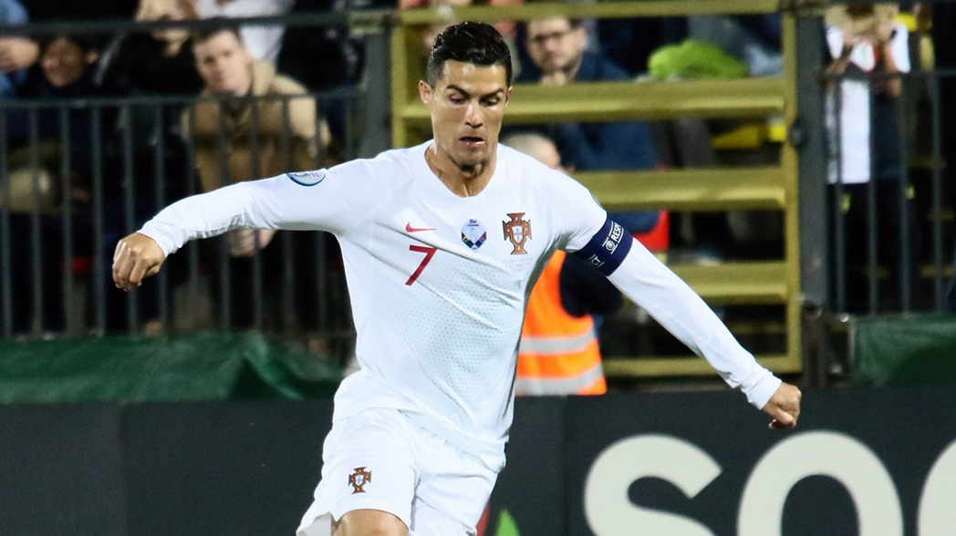 Cristiano Ronaldo anota en la goleada a Lituania