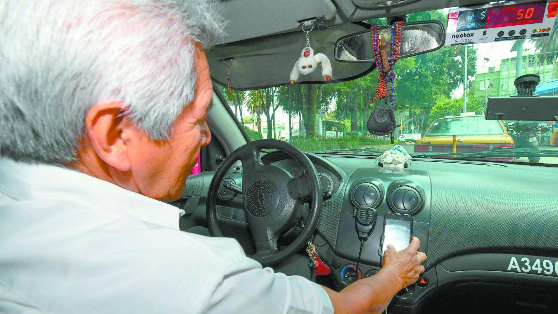Arrancan sanciones a taxistas que no estén registrados en la app de la Semovi