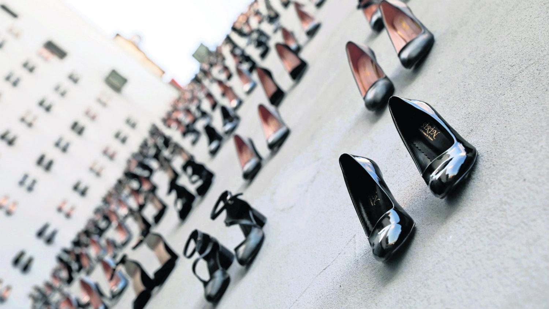 zapatillas feminicidio edificio turquía