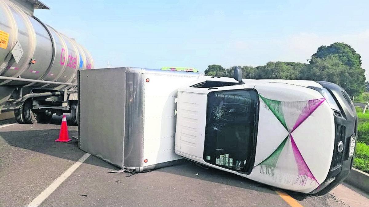 camioneta panaderos repartidores pan exceso de velocidad vuelcan carretera toluca-atlacomulco almoloya de juárez
