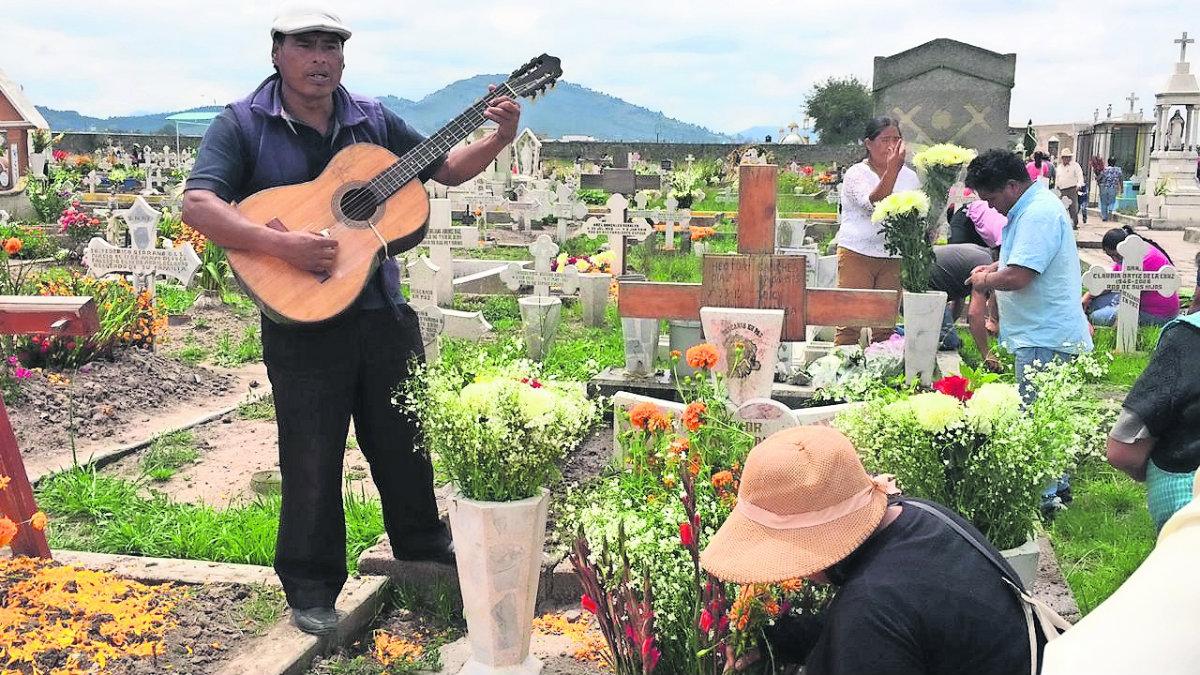 día de muertos preparativos familias preparan ofrenda conmemoración festejo seres queridos difuntos San Cristóbal Huichochitlán Toluca